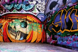 """Graffiti - das Bild zeigt eine Wand, die von einem Gebäude oder einer Unterführung stammen könnte, die Wände sind auf jeden Fall total farbig bemalt. In diesem Beitrag geht es um das Thema """"Kunst ja - Schmierereien nein! Ein Thema das viele Kommunen beschäftigt."""