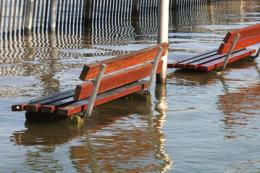 Hochwasser-Alarm - das Bild zeigt eine Parkbank die im Wasser steht.