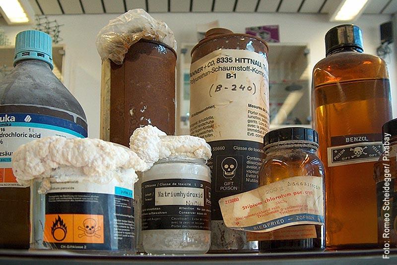 Gefahrstoffe müssen verschlossen und sachgemäß in dafür geeignete Behälter und Flaschen aufbewahrt werden. Anderenfalls - so wie hier - können giftige, ätzende oder anderweitig gesundheitsgefährdende Dämpfe und Flüssigkeiten entweichen.
